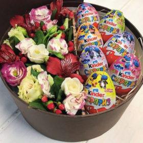 коробка с киндерами и цветами