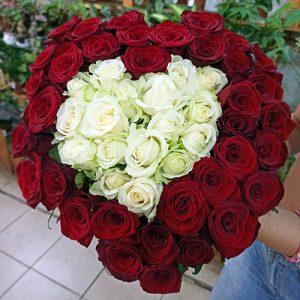 букет 51 роза сердцем в Бердянске фото