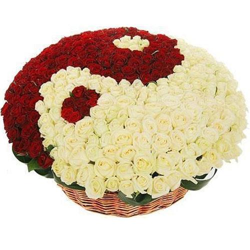 """фото букета 101 роза """"Инь-Ян"""" в корзине"""