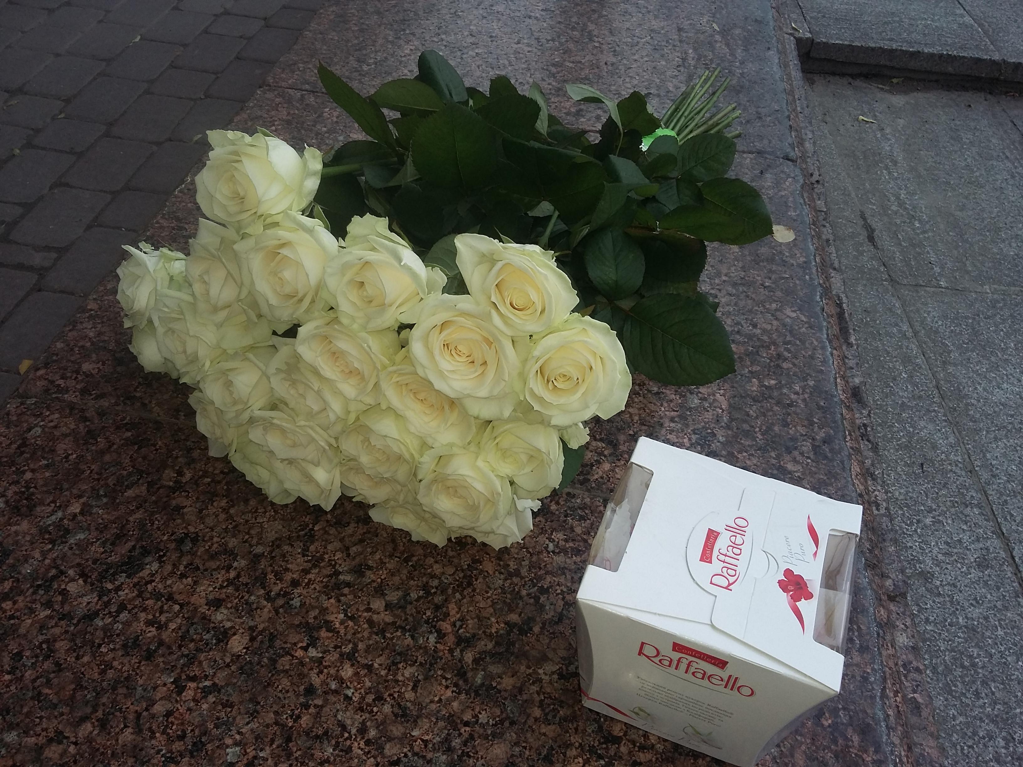 белые розы и конфеты