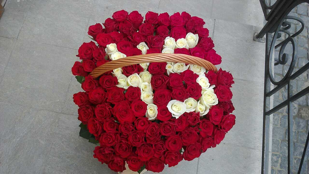 101 роза в корзине с цифрами