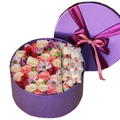 фото товара Шляпная коробка «Сладкие чувства» цветы и рафаэлло