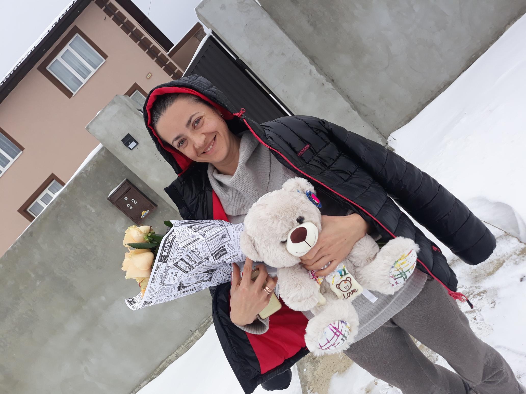 кремовые розы и мягкая игрушка мишка фото