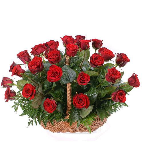 букет 35 красных роз в корзине