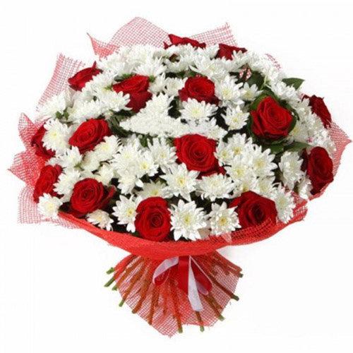 Букет «Большой подарочек» розы и хризантемы