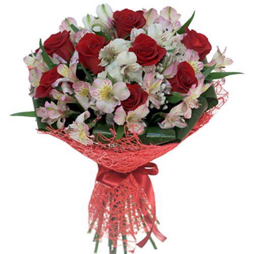 Красные розы и белые альстромерии фото букета