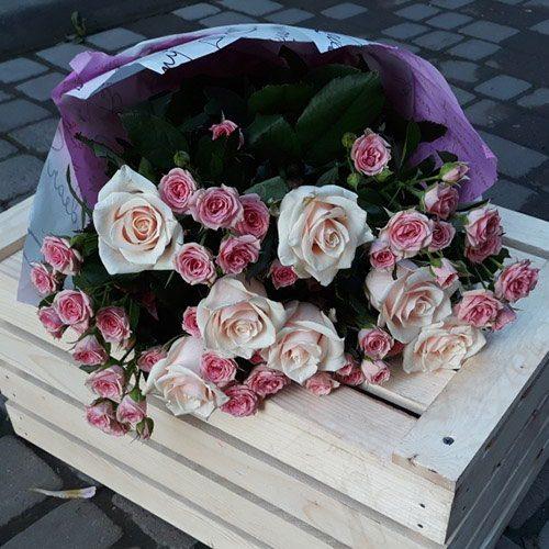Кремовая роза и спрей фото букета