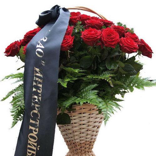 Траурная корзина цветов розы и папоротник
