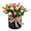 букет 25 тюльпанов в шляпной коробочке