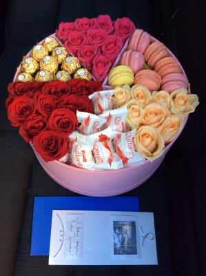 Розы и сладости в шляпной коробке фото