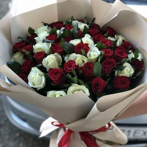 букет 51 роза красная и белая в Бердянске фото