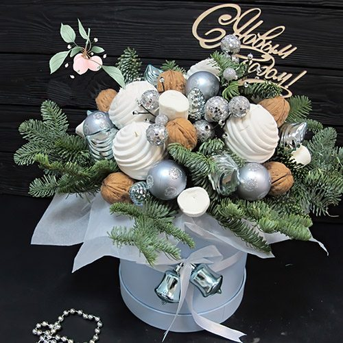"""Коробка """"Сказочная"""" хвойные ветки и новогодний декор"""