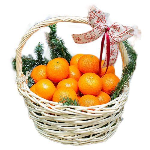 Корзина мандаринов с хвойными ветками