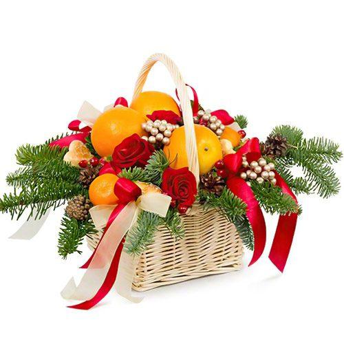 фрукты и розы в корзине с новогодними украшениями