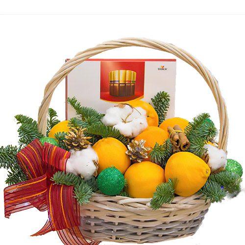 цитрусы в корзине с новогодним декором