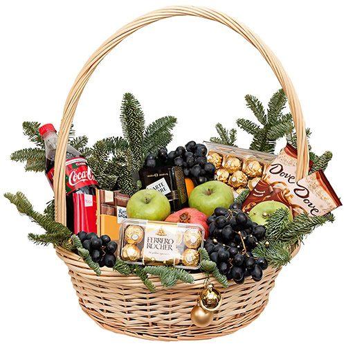 "Корзина ""Богата хата"" фрукты, конфеты, шоколад, Кока-кола и новогодний декор"