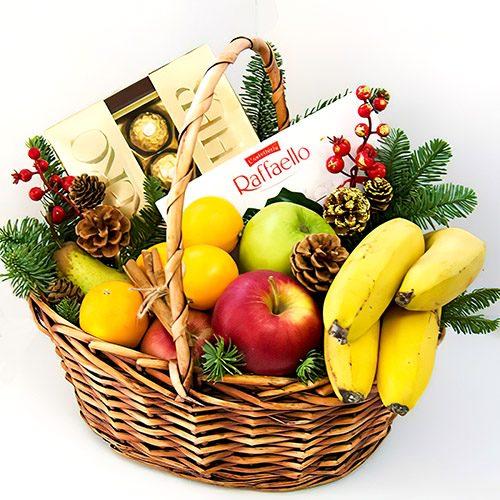 """Корзина """"Вкусный салют"""" фрукты, конфеты, ветки елки и шишки"""