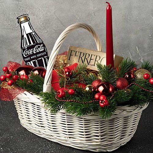 """Корзина """"Рождественская"""" ветки ели, игрушки, свеча, конфеты и Кока-кола"""