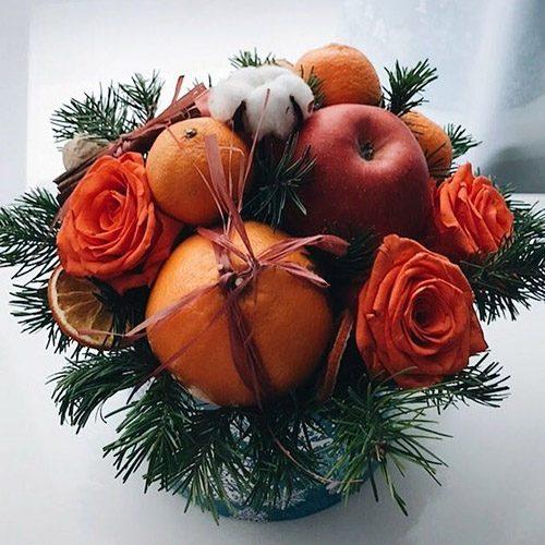апельсины, мандарины, яблоки, оранжевые розы и новогодний декор в коробке