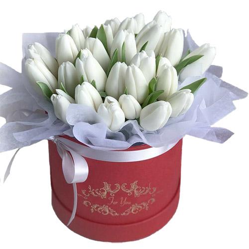 31 белый тюльпан в шляпной коробке букет