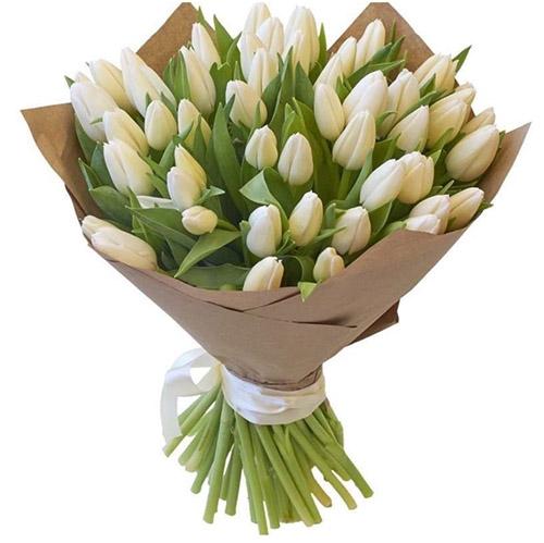 35 белых тюльпанов в крафт фото