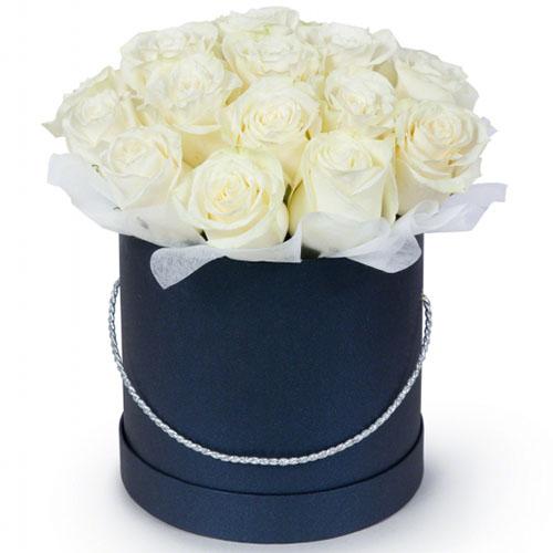 Фото товара 21 белая роза в шляпной коробке