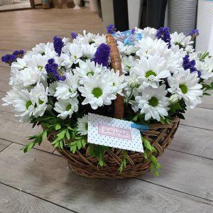 хризантемы и статица в корзине