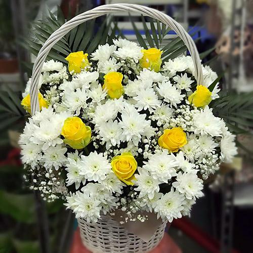 """Фото товара Кошик """"Білі хризантеми, жовті троянди"""""""